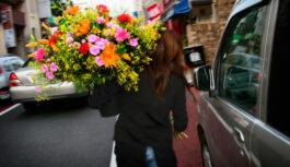 Как оформить и подарить букет цветов?